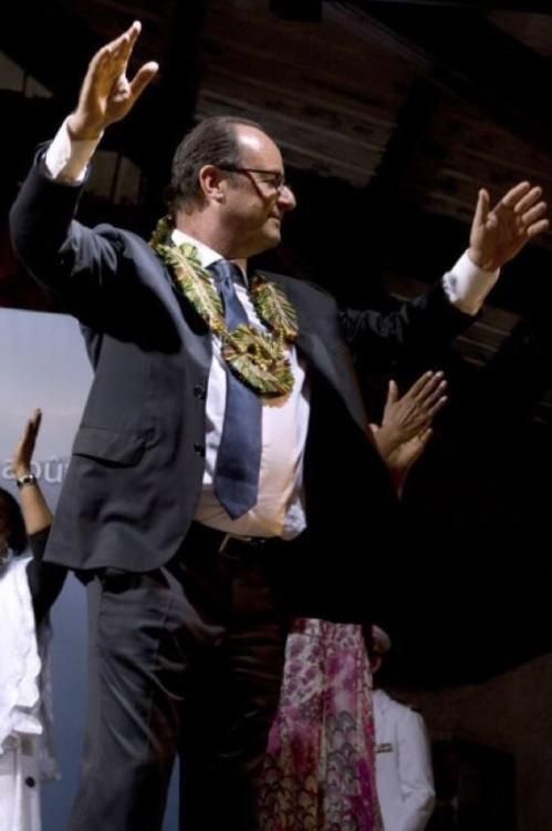 BvvF4QTIcAAR6Ws hollande danse à mayotte aout 2014.jpg