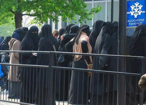 By8haDMIUAAiMV4 Femelles arabes devant caisse d'alloc.jpg