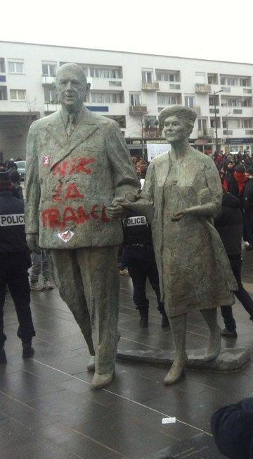 STATUE de De Gaulle Vandalisée  à  CALAIS.jpg