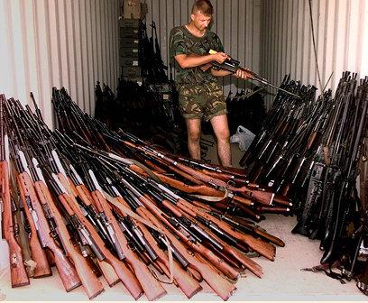 Kosovo 1999 - des armes rendu au gouvernement.jpg