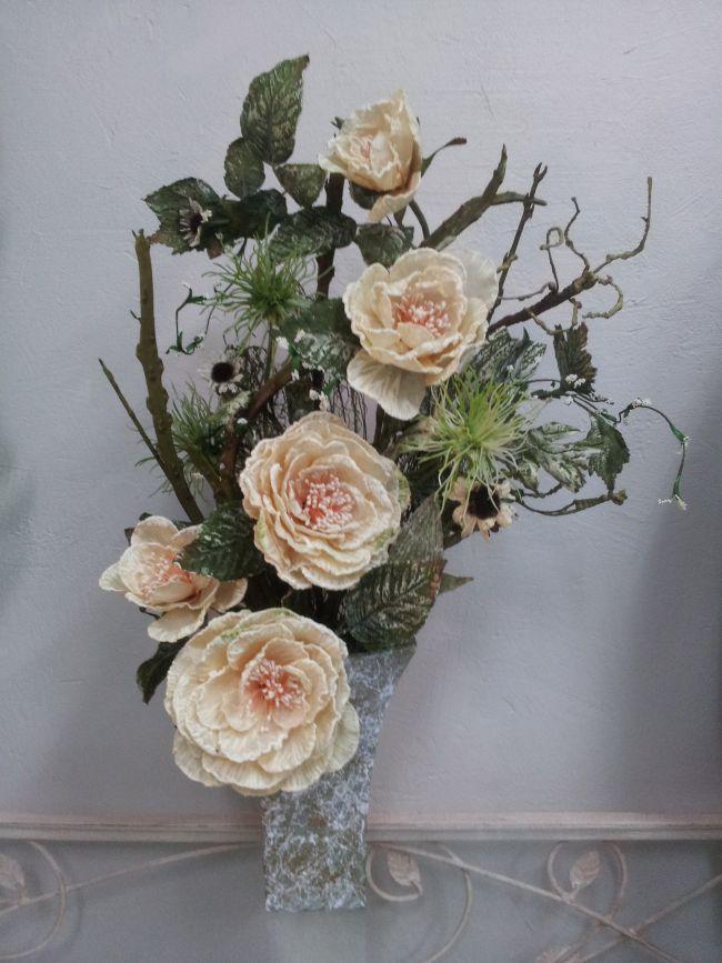 Roses effet givré, branche cadstus et aliums dans vase ciment peint effet marbré. Hauteur 62 cm.