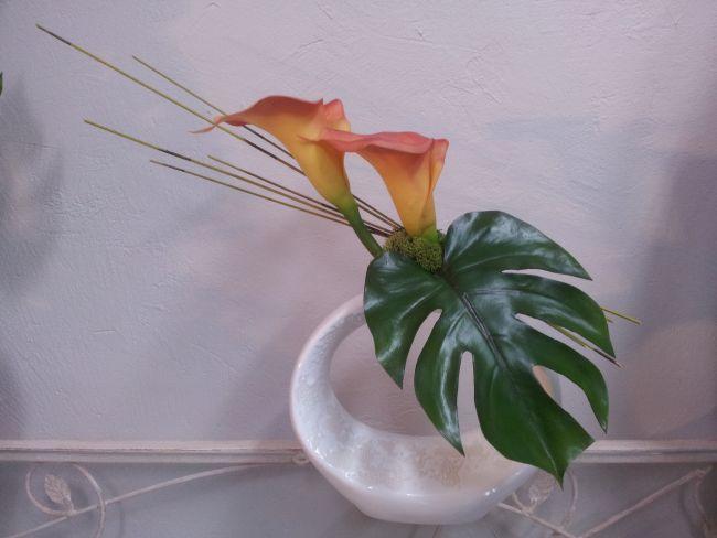 Vase effet écume, feuille de monstera, arums et tiges rotin. Hauteur 45 cm.