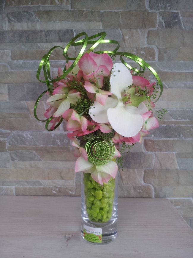Orchidée et hortensia, gypsophile et ruban métal...hauteur 28 cm.