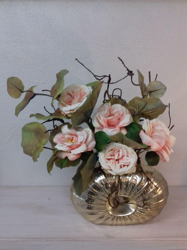 Bouquet de roses, branche de galax et tortueux sur vase céramique...hauteur 42cm.