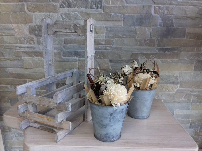Duo de pots en zinc décoration nature et corbeille en bois...hauteur 27.5 cm.