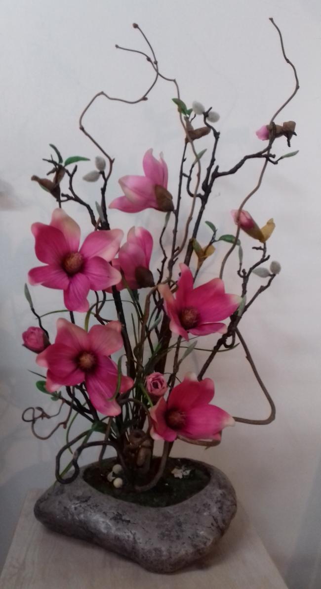 Grand magnolia et branches noisetier tortueux sur une coupe façon galet. Hauteur 66cm.