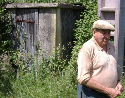 J-Jacques Nadal devant la cabane de la prise d'eau de la source du Dropt.jpg