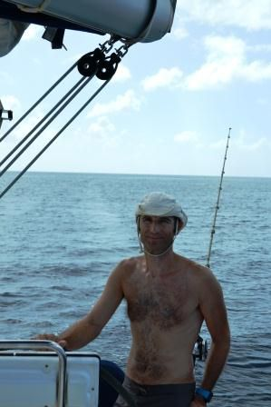Oui, le capitaine met un chapeau comme ça...