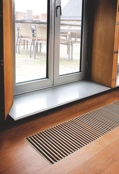 un-radiateur-incognito-sous-la-porte-fenetre_5022774.jpg