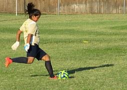fille jouant au foot