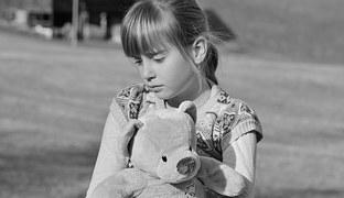 petite fille tenant nounours