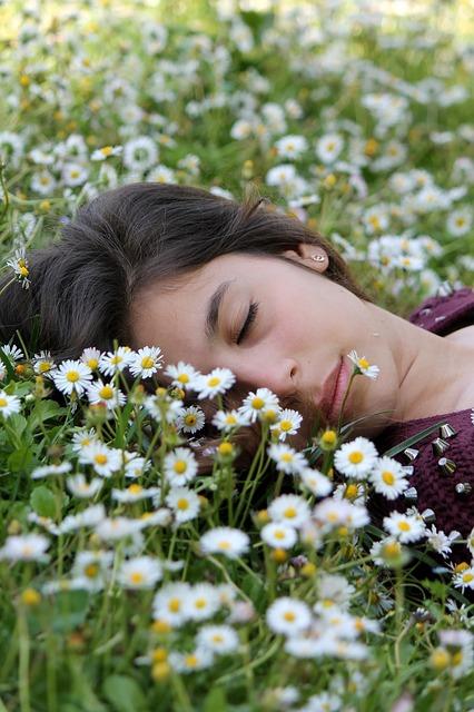 femme dormant dans pâquerettes
