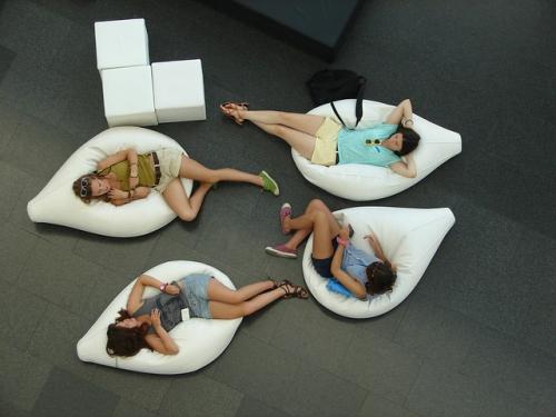 femmes allongées dans pouf