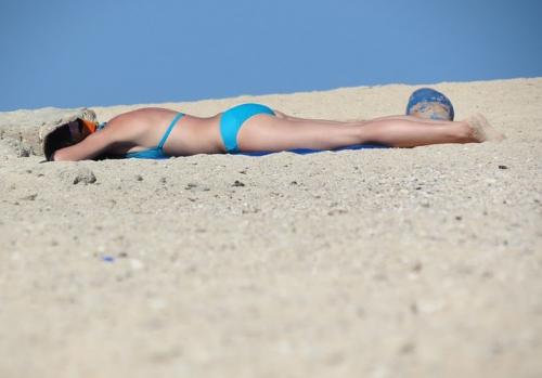 femme allongée sur plage