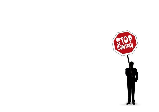 homme tenant panneau stop contrôle