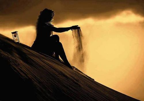 Femme seule sur la dune.PNG