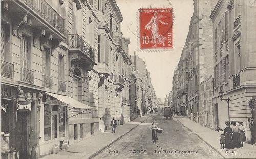 La Rue Copernic La Synagogue première entrée sur le trottoir à droite. N° 24 de la rue. Aujourd'hui une plaque commémore les 4 victimes.PNG
