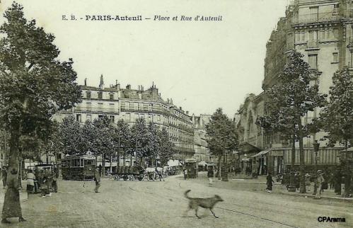 PARIS-Auteuil - Place et Rue d'Auteuil à droite du tramway en petit plan l'accès du Métro Michel-Ange Auteuil.PNG