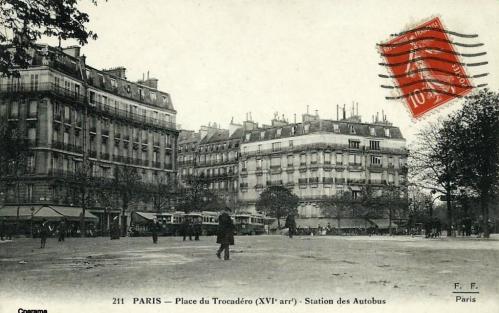 Place du Trocadéro  - Station des Autobus - Accès du Métro à droite.PNG