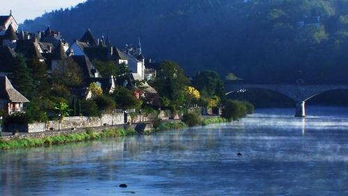 La Rivière Bleue en Corrèze.jpg