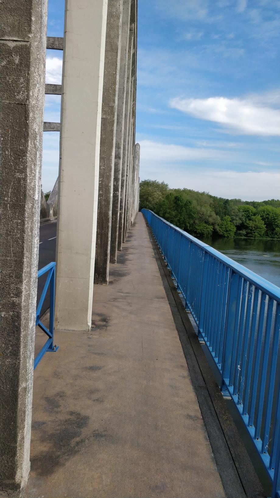 Passage d'un pont sur la Loire, avec piste séparée pour les vélos.