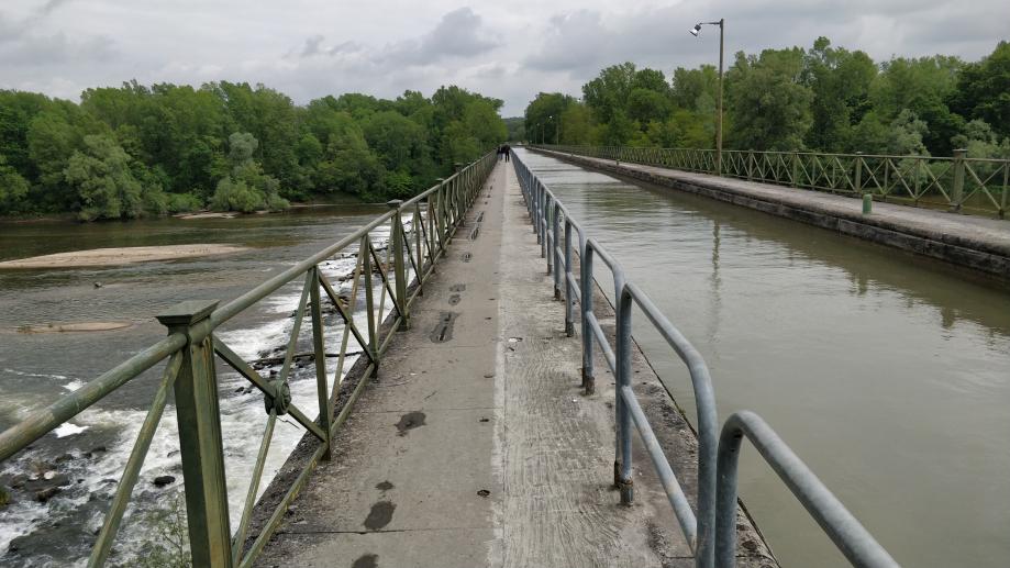 Le canal à droite de la piste cyclable, et la Loire en dessous
