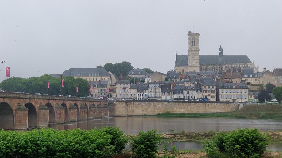 Depuis le camping, la cathédrale de Nevers
