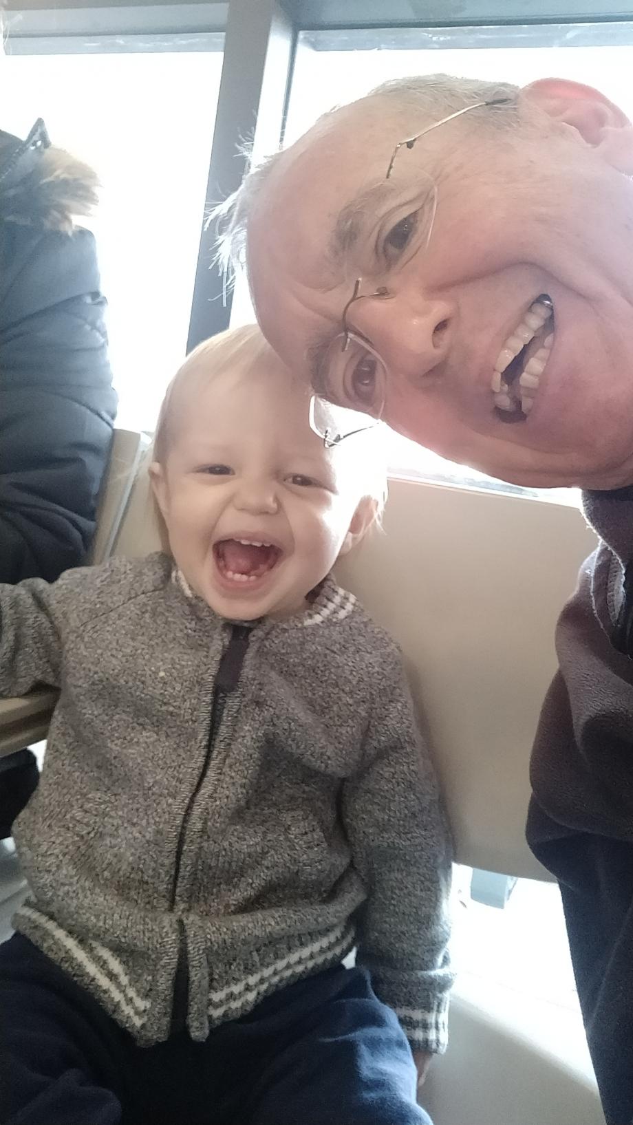 Avec son papi dans la salle d'attente des urgences. Là ça va bien !