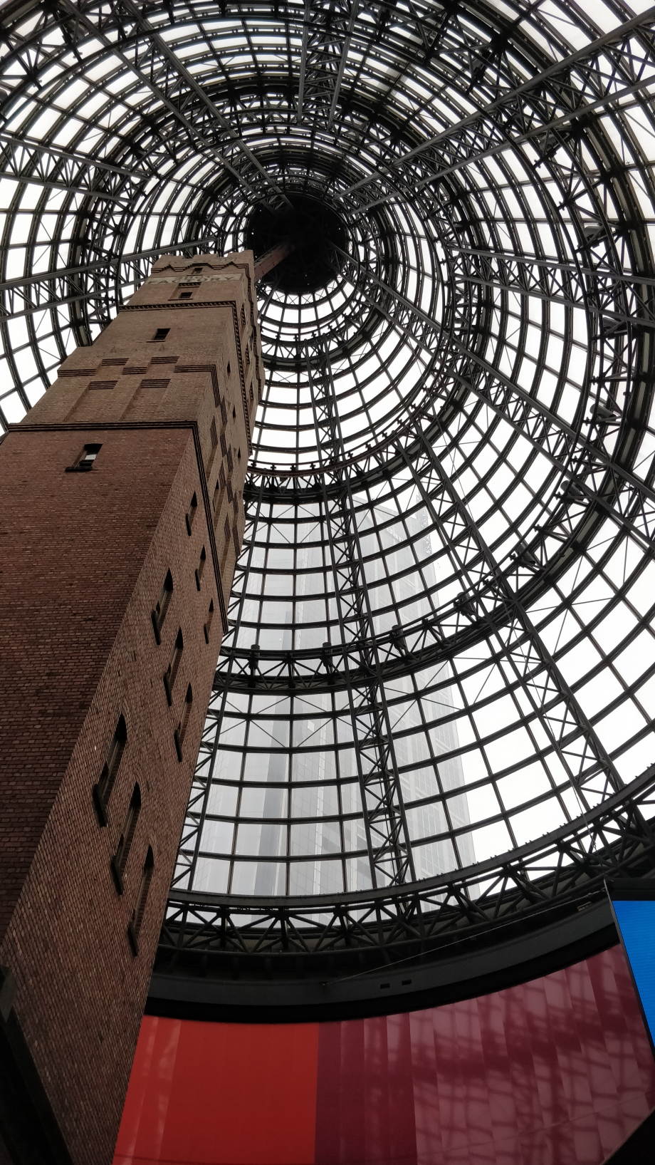 La coupole du centre commercial et la tour de l'ancienne usine intérieure