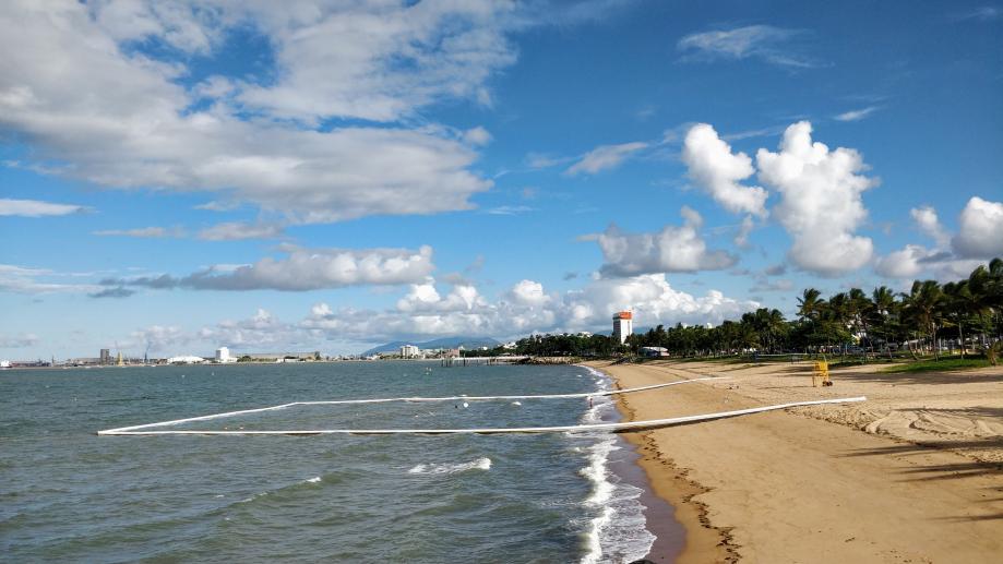 Le bout de plage sécurisé par des flotteurs, sans méduses, ni requins, ni crocodiles...