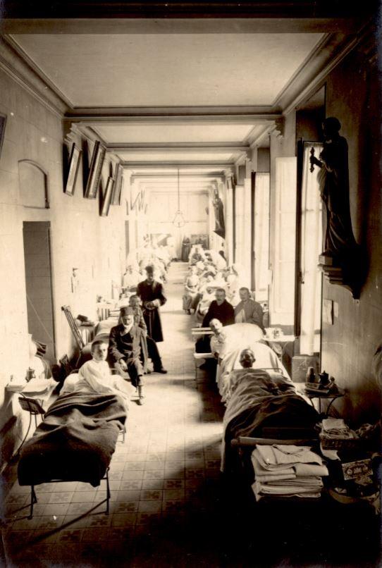 Blessés dans un couloir d'hôpital militaire au Mans