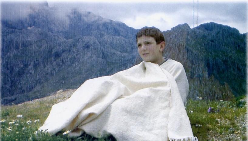 jeune kabyle portant le burnous