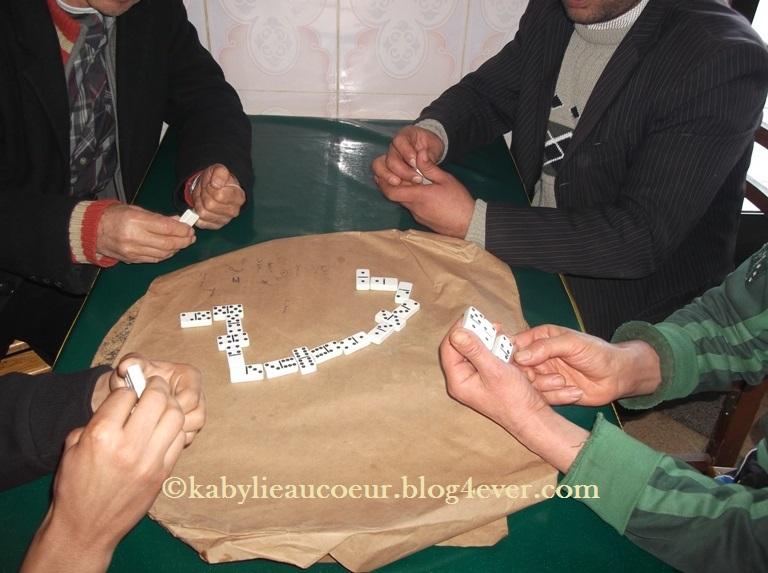 Immersion dans un café kabyle dans une partie de dominos
