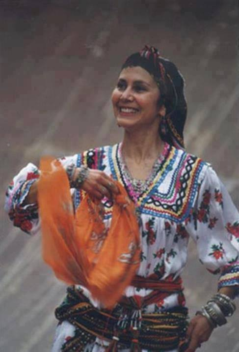 Femme Berbère de Kabylie en tenue traditionnelle