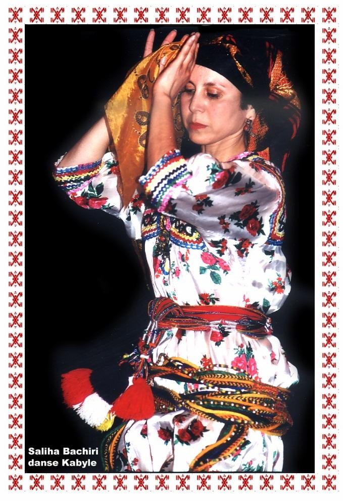 Danseuse kabyle avec sa tenue traditionnelle