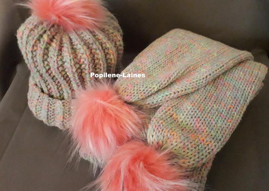 Bonnet tricoté en côtes anglaises, Echarpe réalisée au tricotin, elle mesure 2m de longueur sur 17 cms, elle est en double épaisseur Marque YARNS, qualité Neon woll :40% laine, 60% acrylique Le tout agrémenté de pompons imitation fourrure