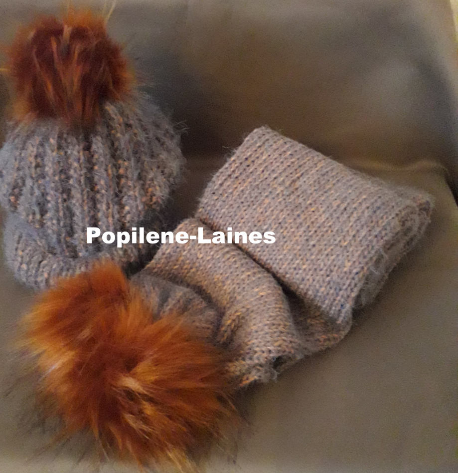 Bonnet tricoté en côtes anglaises, Echarpe réalisée au tricotin, elle mesure 1.90m de longueur sur 15 cms, elle est en double épaisseur Marque YARNS, qualité Eyelash :70% acrylique, 30%polyamide, matière très douce Le tout agrémenté de pompons imitation fourrure