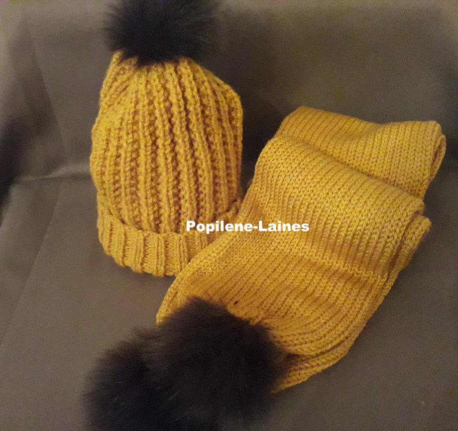 Bonnet tricoté en côtes anglaises Echarpe réalisée au tricotin, elle mesure 1m60 de longueur sur 16 cms, elle est en double épaisseur Marque YARNS, qualité FAVORITE :100% acrylique Le tout agrémenté de pompons imitation fourrure