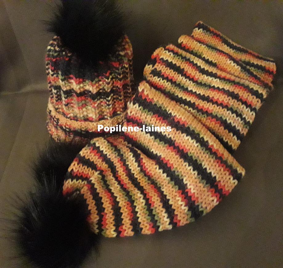 Bonnet tricoté en côtes anglaises Echarpe réalisée au tricotin, elle mesure 2m de longueur sur 16 cms, elle est en double épaisseur Marque YARNS, qualité Aran : 80% acrylique, 20% polyamide Le tout agrémenté de pompons imitation fourrure
