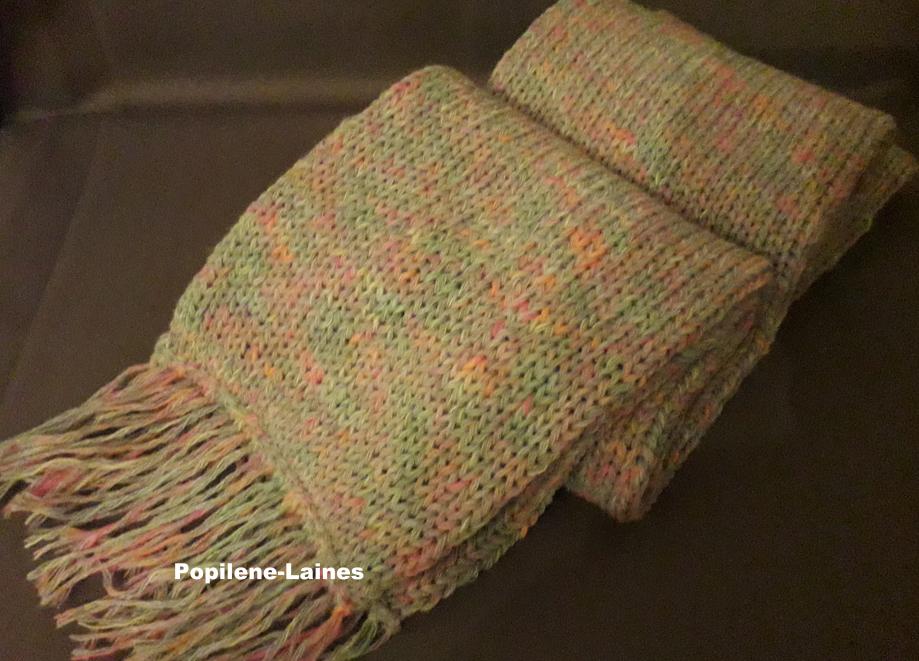 Echarpe réalisée au tricotin, elle mesure 2m de longueur sur 16 cms, elle est en double épaisseur Marque YARNS, qualité Neon Woll :60% acrylique, 40% laine