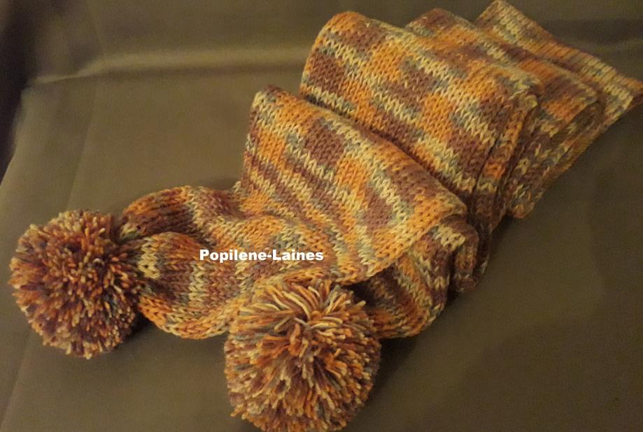 Echarpe réalisée au tricotin, elle mesure 2m de longueur sur 15 cms, elle est en double épaisseur Marque YARNS, qualité summer rosé :75% laine, 25% polyamide