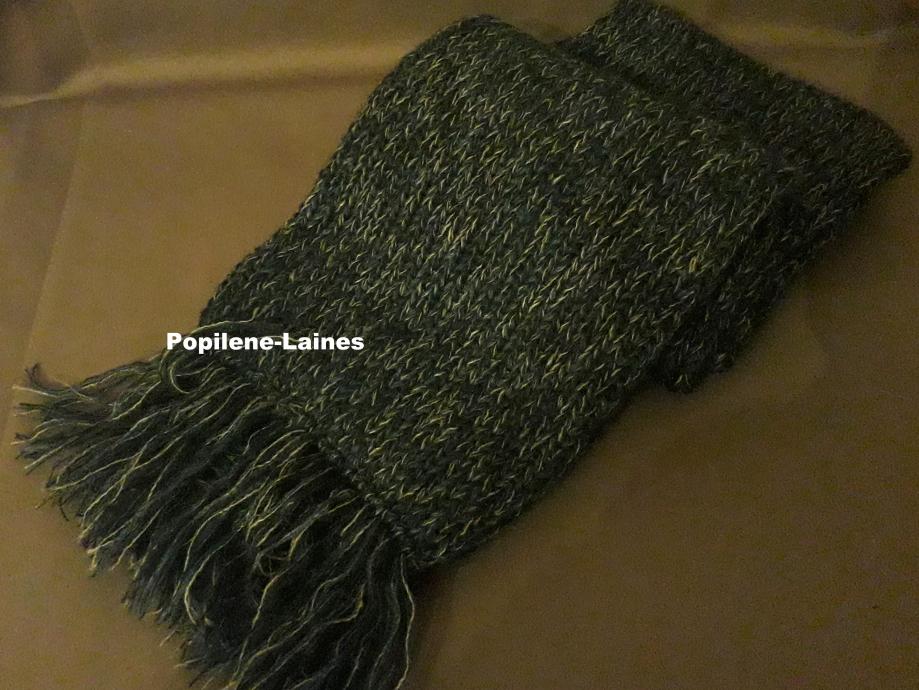 Echarpe réalisée au tricotin, elle mesure 1m de longueur sur 18 cms, elle est en double épaisseur Mix de laines