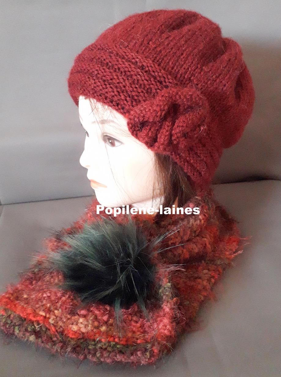 Ensemble bonnet et écharpe doublée Le bonnet est tricoté au point de godron et jersey, il est doublé sur la hauteur du point godron. L'écharpe , tricotée en laine polaire, agrémentée d'un pompon imitation fourrure, est un tour de coude 80cms de long Marque Yarns, qualité Favorite : 100% acrylique