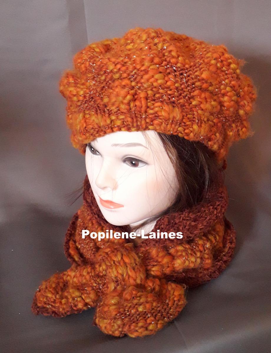 Ensemble bonnet et écharpe doublée Le bonnet est tricoté au point de godron et jersey, il est doublé sur la hauteur du point godron. L'écharpe doublée est un tour de cou Marque Yarns, qualité Alpaca Color :45% laine,  25% acrylique, 20% alpaca, 3% métal