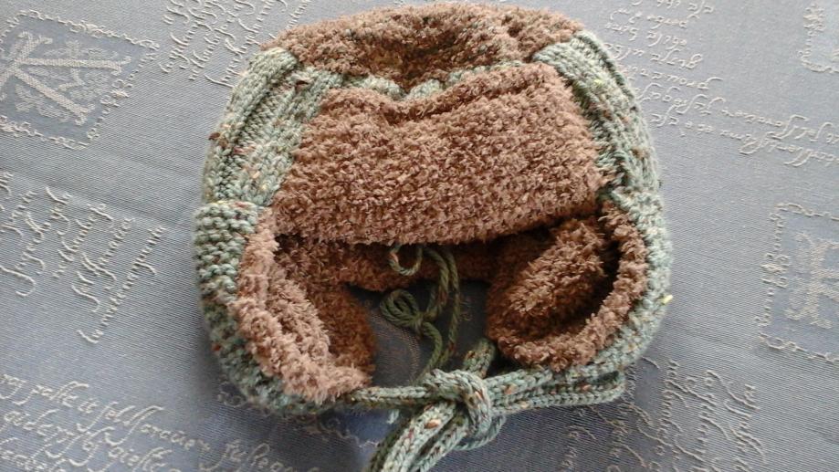 Cette chapka se décline en plusieurs couleurs et plusieurs tailles (2 à 10 ans) Entièrement doublé en laine polaire