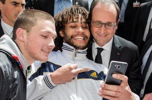 Francois-et-le-selfie-doigt-honneur-720x477.png