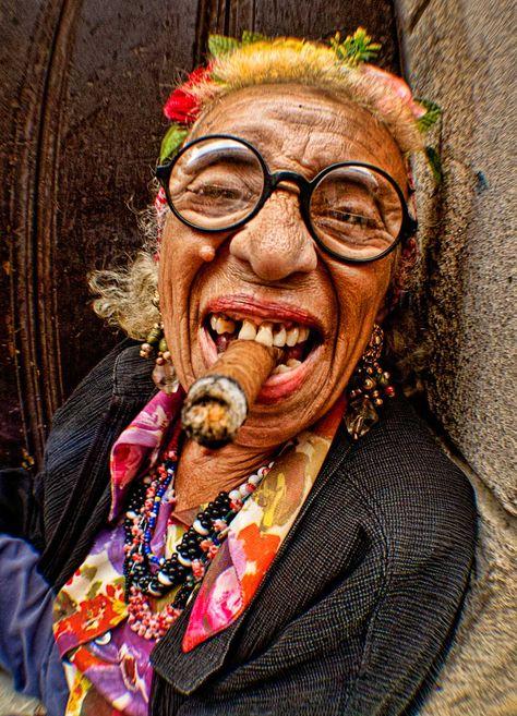 vieille femme laide au cigare.jpg