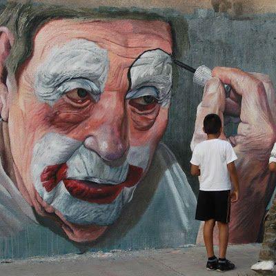 vieux clown se maquillant sur mur.jpg