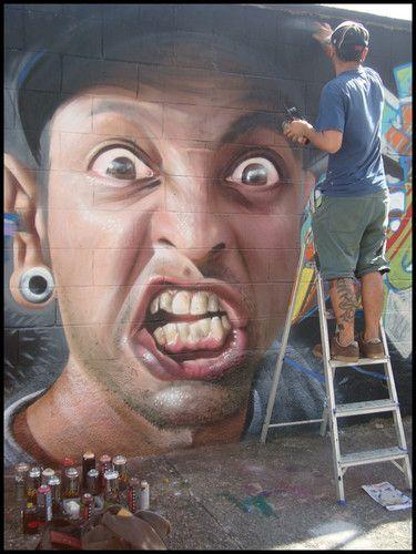 homme furieux sur mur avec peintre.jpg