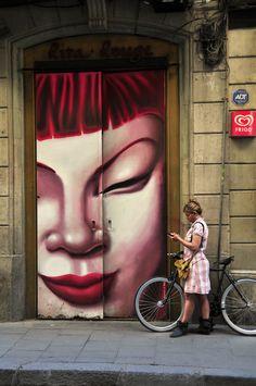 visage asiatique sur mur avec ref cycliste.jpg